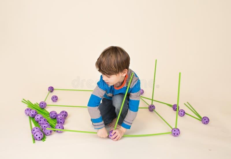 Kind die en een Fort spelen bouwen royalty-vrije stock foto's