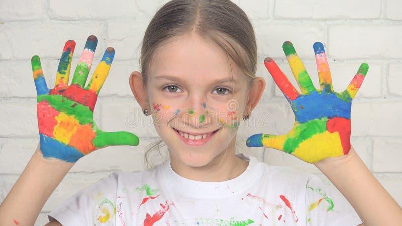 Kind die Geschilderde Handen spelen die het Gezicht School van het in camera, het Glimlachen Meisje, Jonge geitjes kijken stock foto's