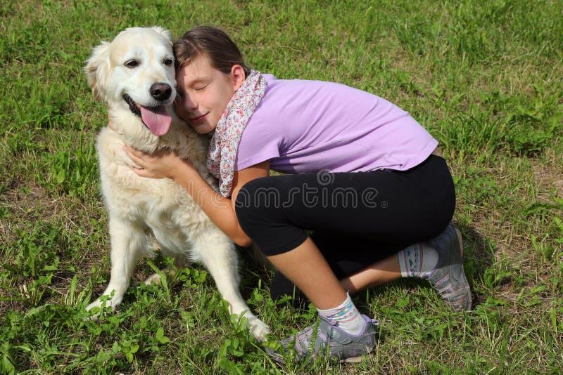 Kind die haar huisdierenhond strelen royalty-vrije stock afbeelding