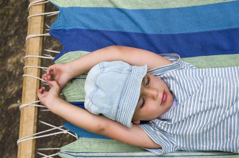 Kind die in hangmat rusten stock afbeeldingen