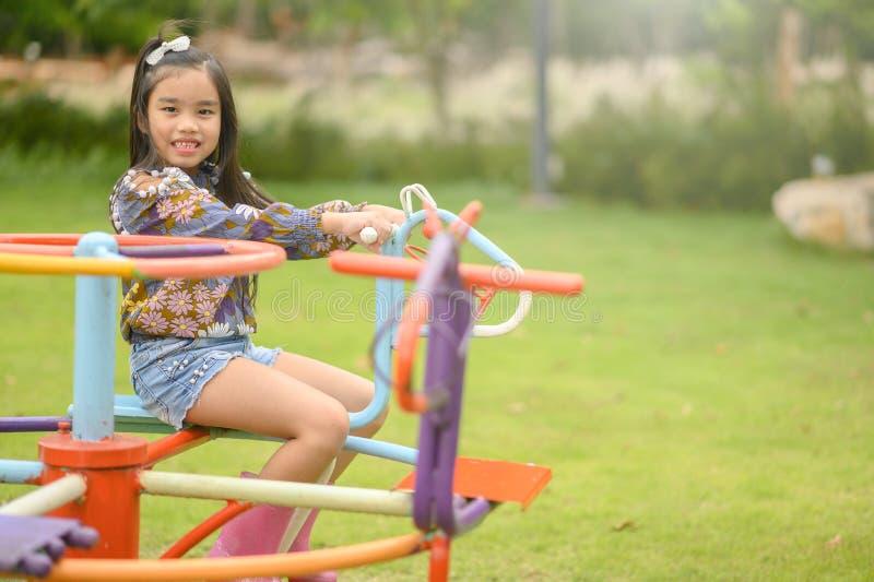 Kind die hebbend pret op speelplaats spelen stock afbeeldingen