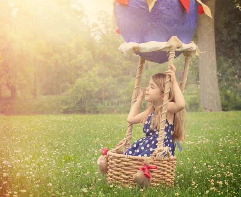 Kind die in Hete Luchtballon beweren buiten te vliegen stock foto's