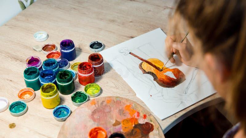 Kind die hoogste mening trekken Kunstwerkwerkplaats met creatieve toebehoren Vlak leg kunsthulpmiddelen om te schilderen royalty-vrije stock afbeeldingen