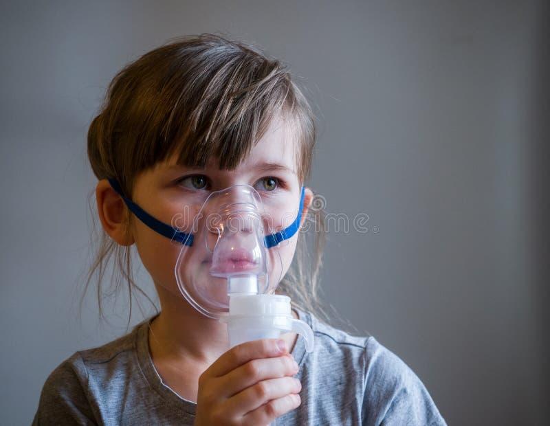 Kind die inhalatie met masker op zijn gezicht maken Het concept van astmaproblemen royalty-vrije stock afbeelding