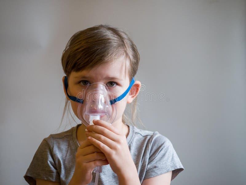 Kind die inhalatie met masker op zijn gezicht maken Het concept van astmaproblemen stock afbeeldingen