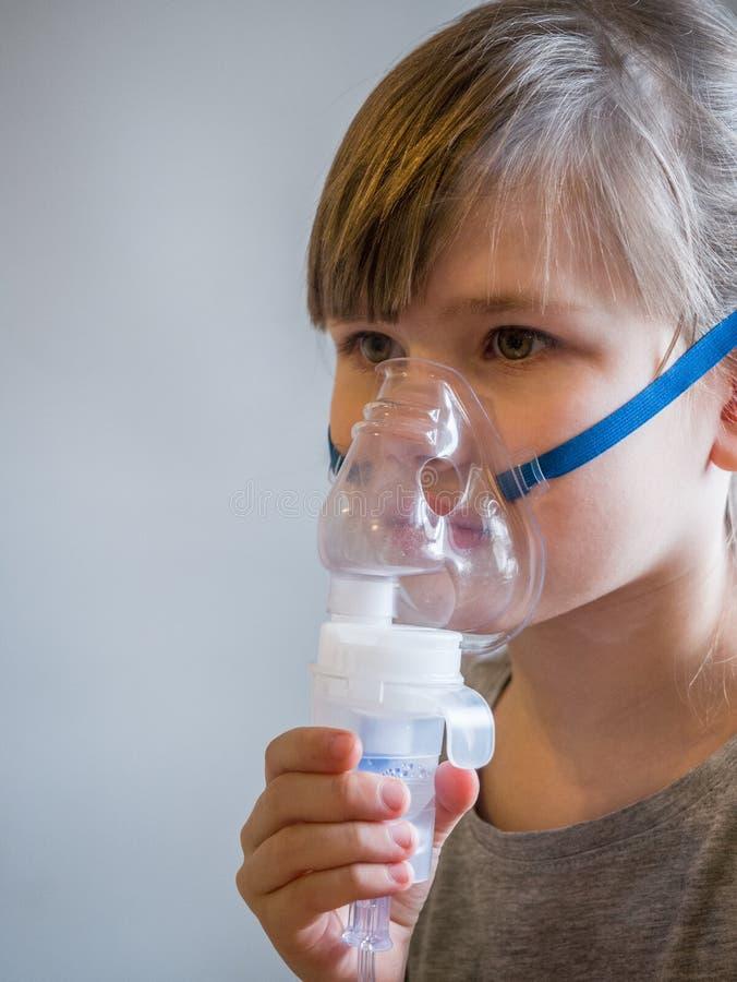 Kind die inhalatie met masker op zijn gezicht maken Het concept van astmaproblemen royalty-vrije stock foto