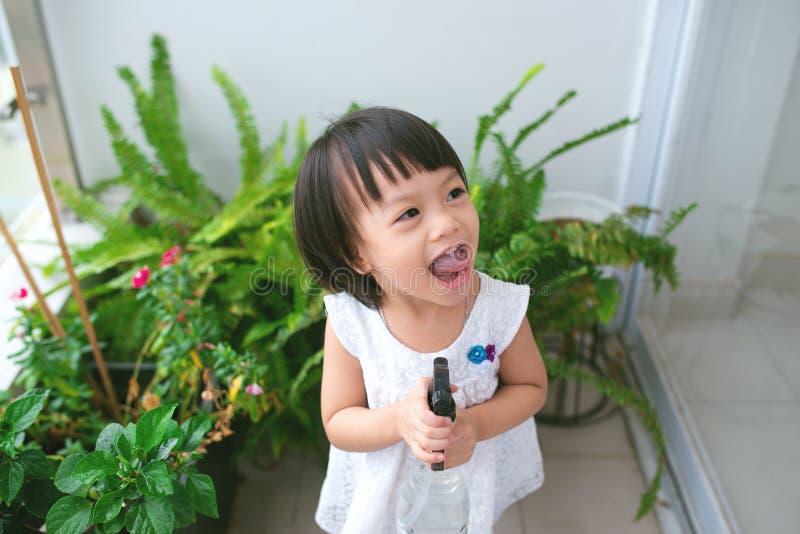 Kind die installaties behandelen Leuk meisje die eerst spr water geven royalty-vrije stock afbeelding