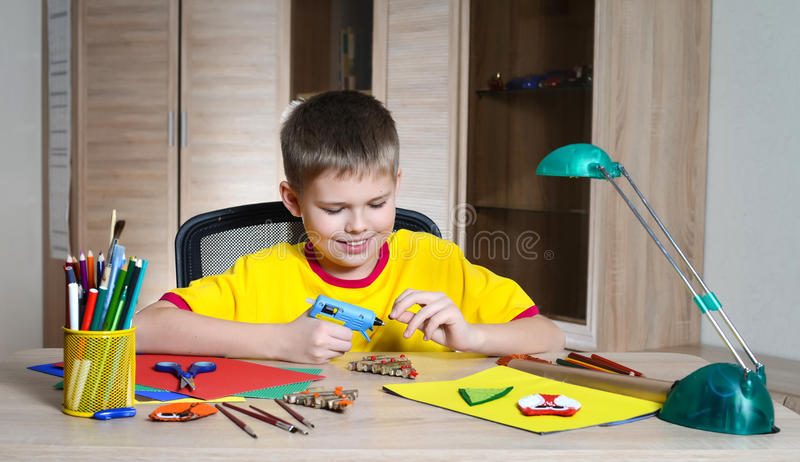 Kind die Kerstmisdecoratie maken Maak Kerstmisdecoratie met uw eigen handen royalty-vrije stock foto