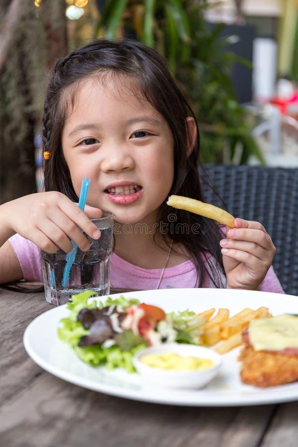 Kind die Lapje vlees en Gebraden gerechten eten royalty-vrije stock afbeelding
