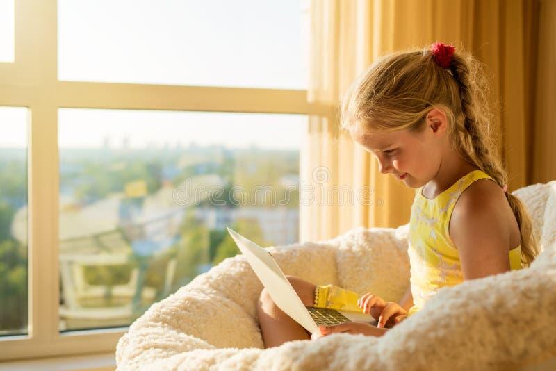 Kind die laptop thuis met behulp van royalty-vrije stock foto