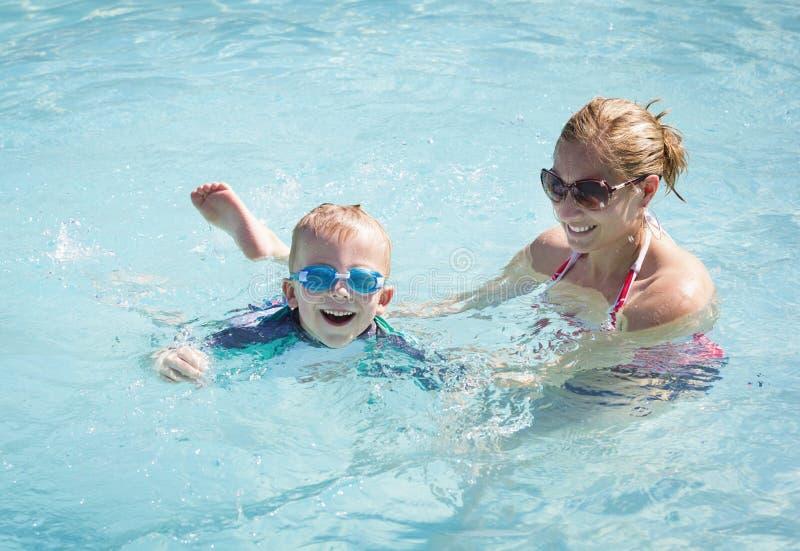 Kind die leren te zwemmen royalty-vrije stock afbeeldingen