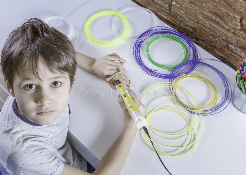 Kind die met 3D drukpen creëren Jongen die nieuw punt maken Creatief, technologie, vrije tijd, onderwijsconcept stock foto