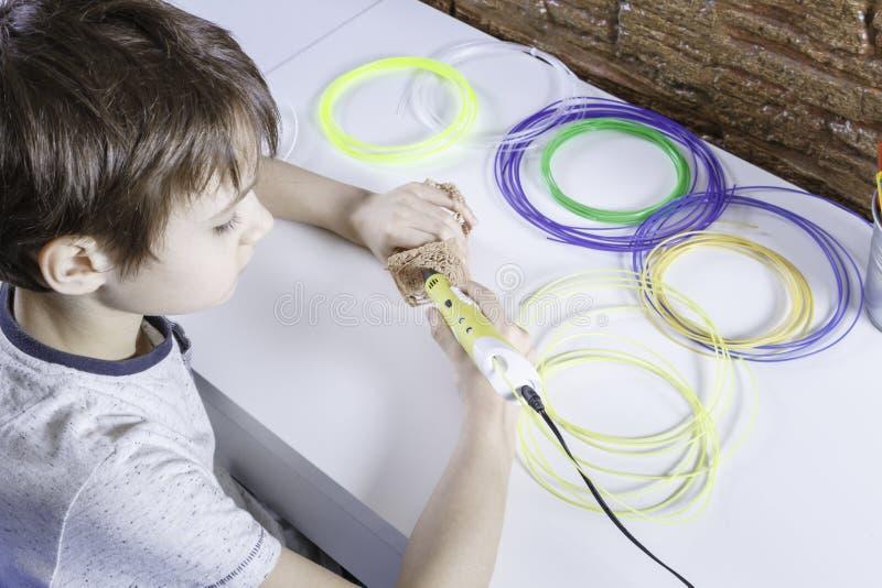 Kind die met 3D drukpen creëren Jongen die nieuw punt maken Creatief, technologie, vrije tijd, onderwijsconcept stock afbeelding