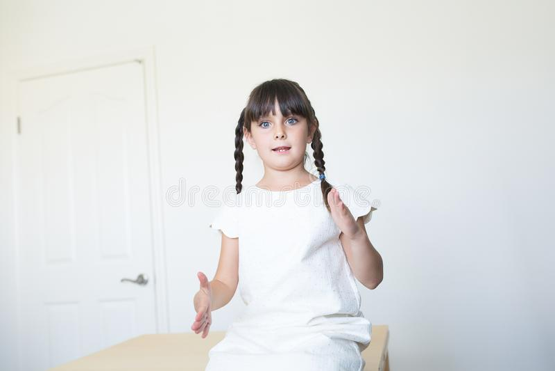 Kind die met handen communiceren royalty-vrije stock afbeelding