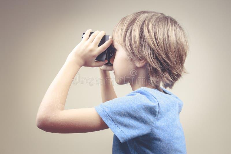 Kind die nieuwe 3D Virtuele Werkelijkheidsglazen gebruiken stock foto's