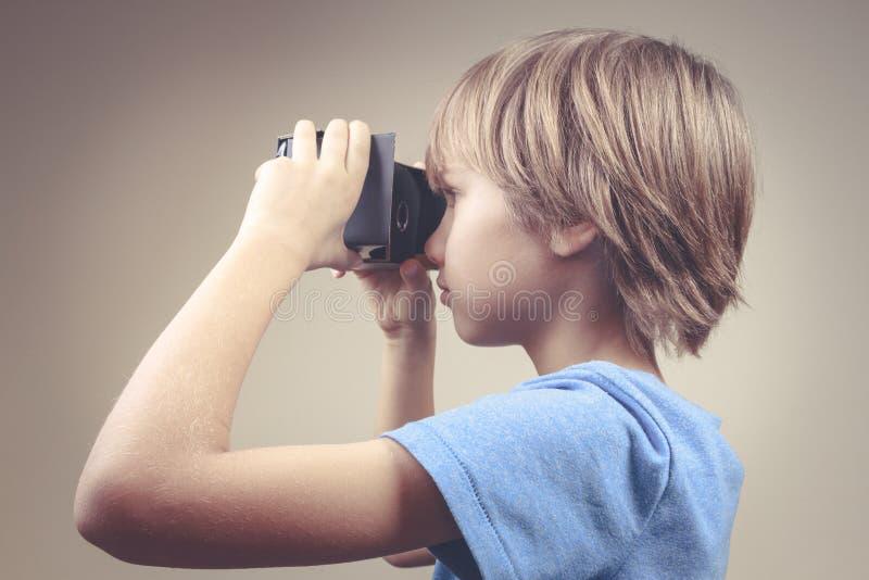 Kind die nieuwe Virtuele Werkelijkheid, VR-kartonglazen gebruiken royalty-vrije stock foto's