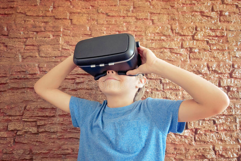 Kind die nieuwe VR-glazen gebruiken stock foto's