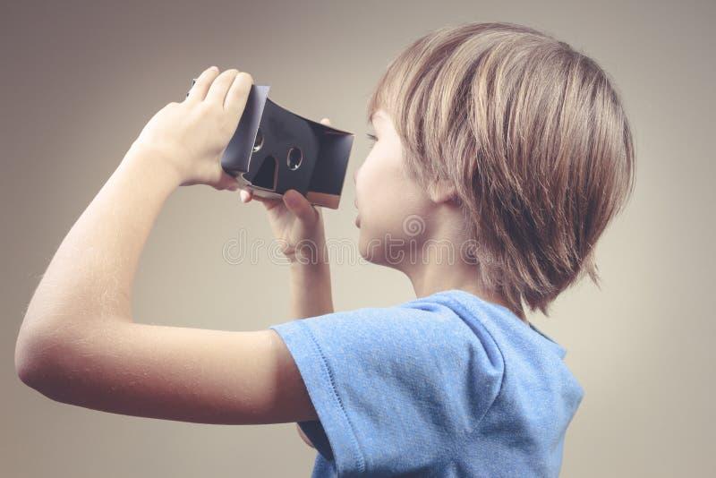 Kind die nieuwe VR-kartonglazen gebruiken royalty-vrije stock afbeelding