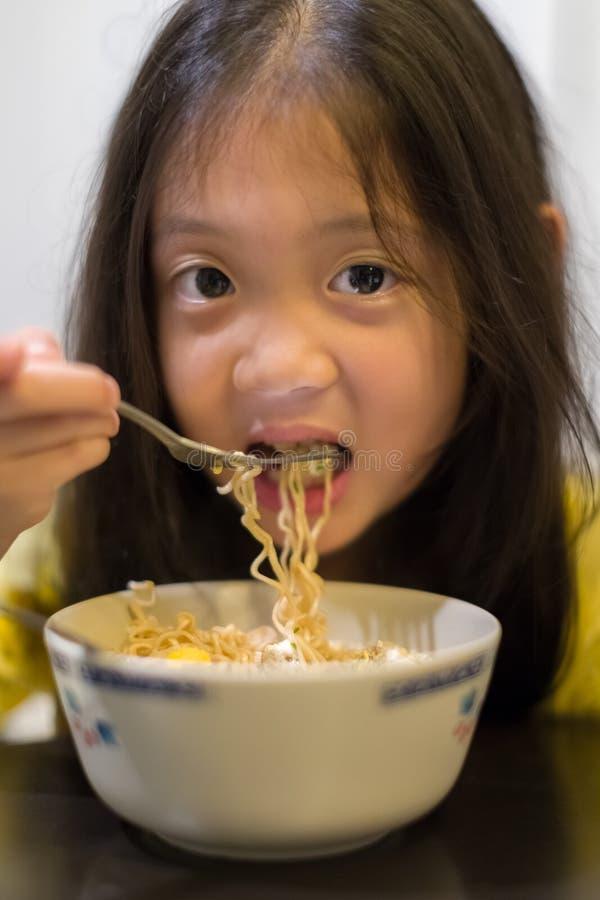 Kind die Noedel eten royalty-vrije stock afbeeldingen