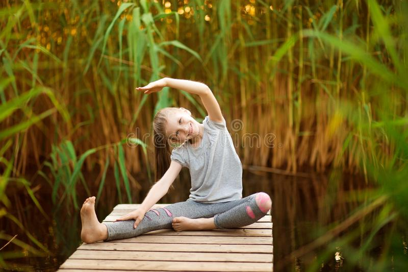 Kind die oefening op platform in openlucht doen Gezonde Levensstijl royalty-vrije stock foto