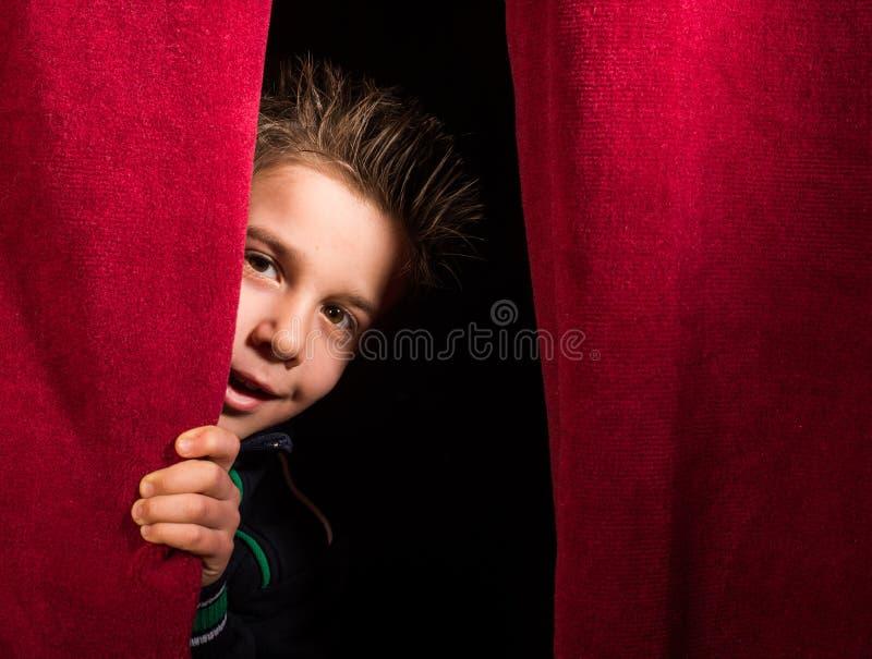 Kind die onder het gordijn verschijnen royalty-vrije stock foto's