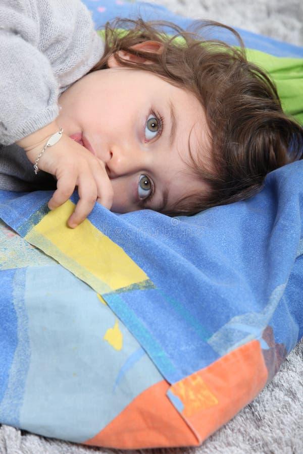 Kind die op een deken leggen stock afbeeldingen