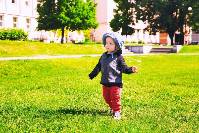 Kind die op weide in het park in de lentetijd lopen royalty-vrije stock foto