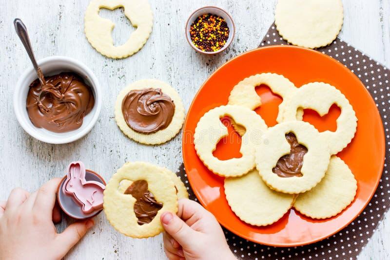Kind die Pasen-koekjes grappig konijntje koken stock fotografie