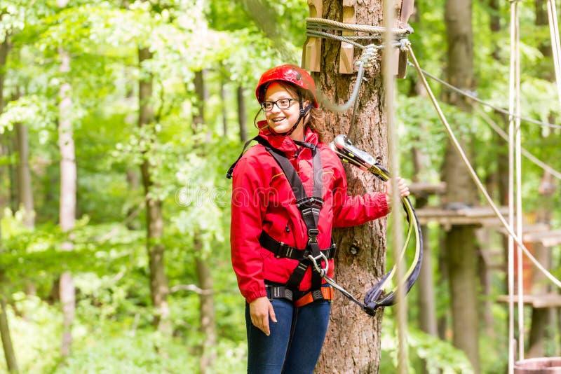 Kind die platform bereiken die in hoge kabelcursus beklimmen stock afbeeldingen