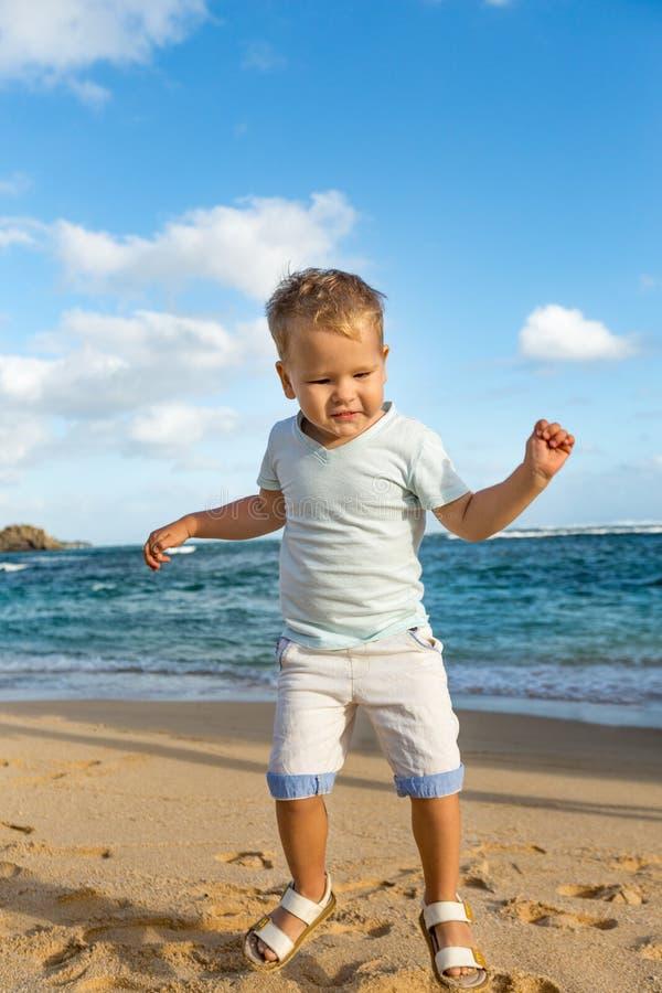 Kind die pret op het strand hebben royalty-vrije stock afbeeldingen