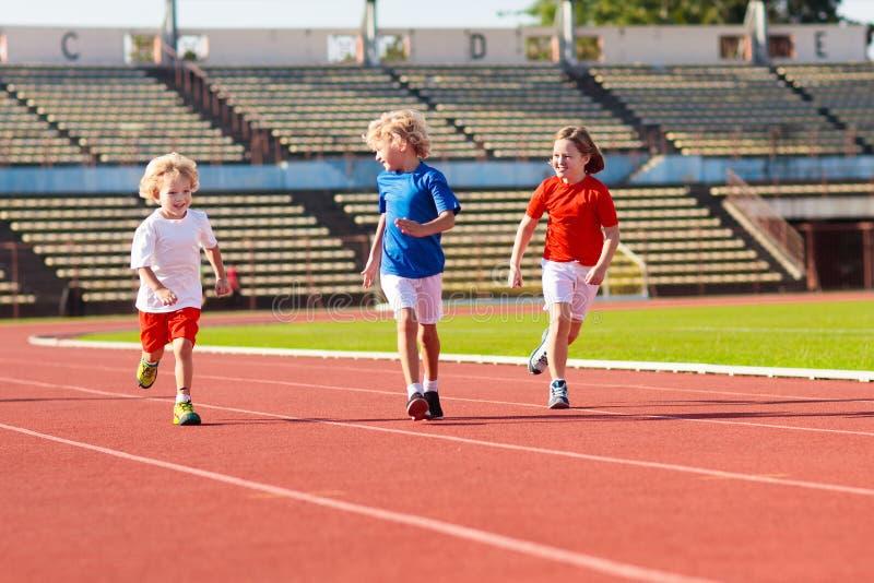 Kind die in stadion lopen Jonge geitjeslooppas Gezonde sport royalty-vrije stock fotografie