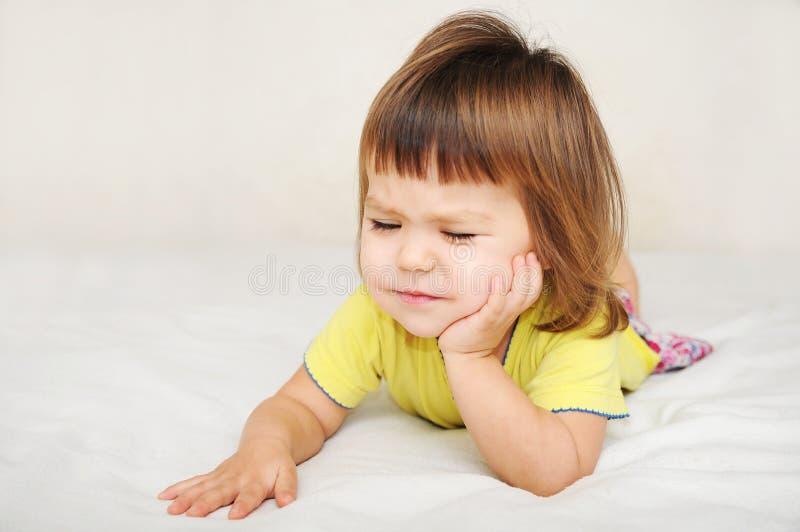 Kind die tandpijnpijn, tandkinderverzorging concept voelen royalty-vrije stock afbeeldingen
