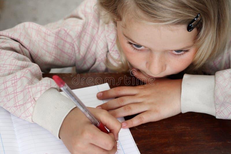 Kind die thuiswerk doen stock foto's