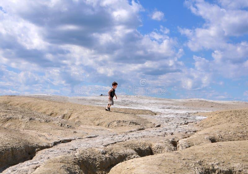 Kind die tussen aarde en hemel lopen stock foto's