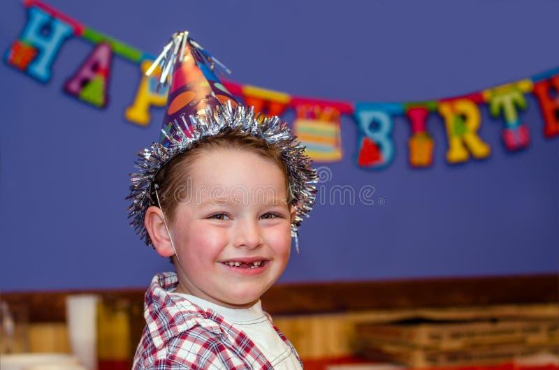 Kind die van zijn verjaardagspartij met exemplaarruimte genieten stock fotografie