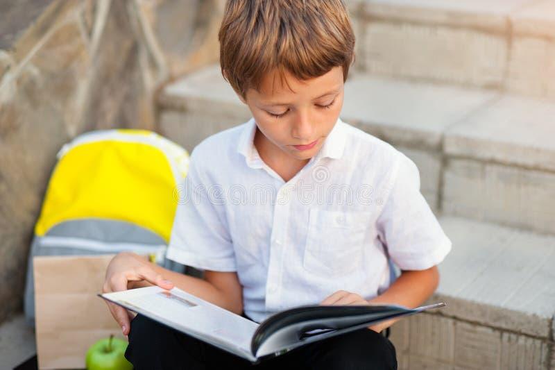 Kind die zijn thuiswerk in openlucht na school doen stock foto