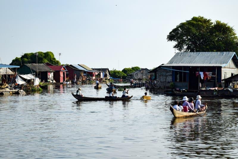 Kind in doos op rivier met andere kinderen in boten royalty-vrije stock foto
