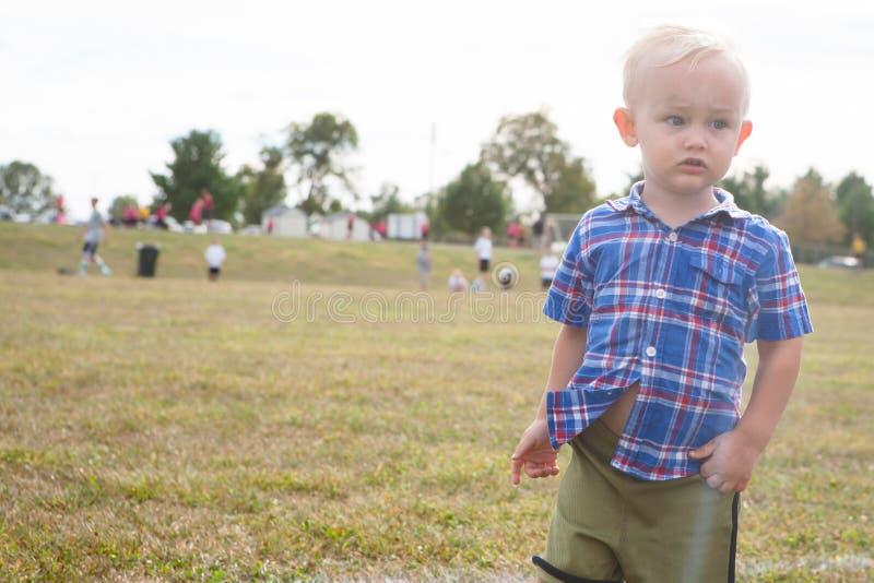 Kind durch Fußballplatz stockfoto