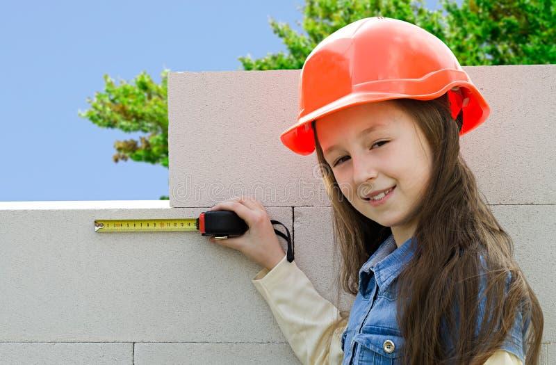 Kind in een beschermende bouwhelm stock fotografie