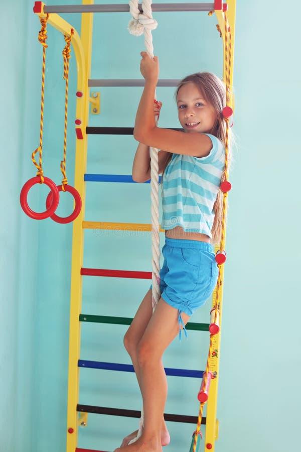 Kind in een speelplaats stock afbeelding