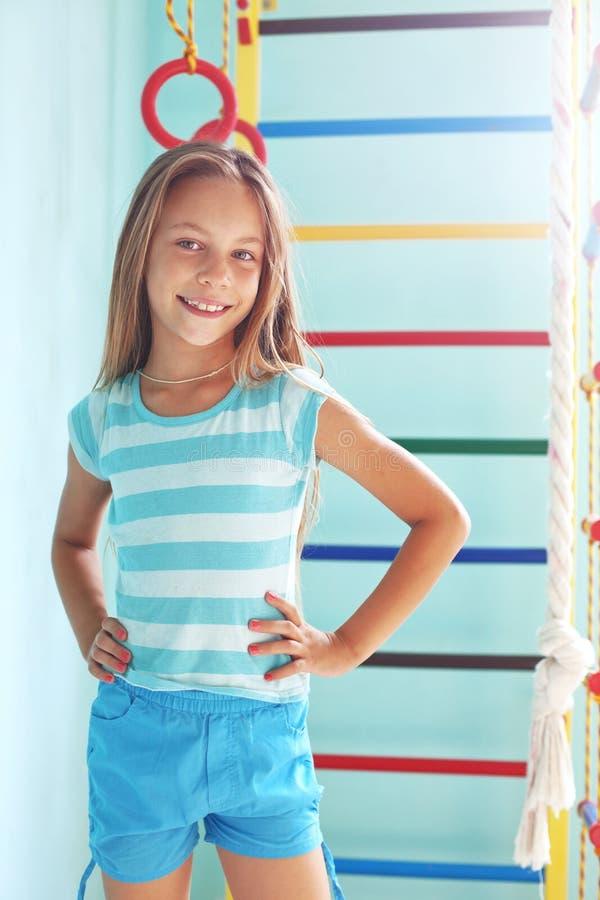 Kind in een speelplaats royalty-vrije stock afbeeldingen