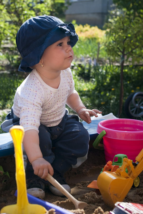 Kind in een zandbak royalty-vrije stock foto