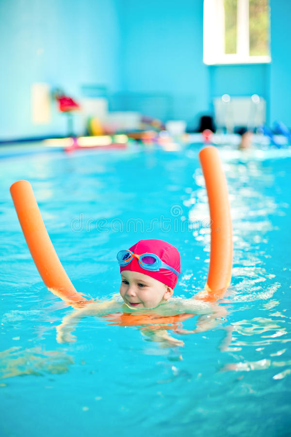 Kind in einem Swimmingpool stockfoto