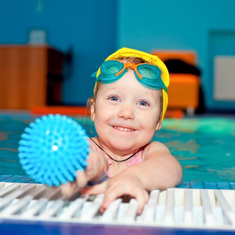 Kind in einem Swimmingpool stockfotos
