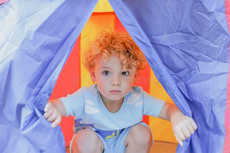 Kind in einem Zelt lizenzfreies stockfoto