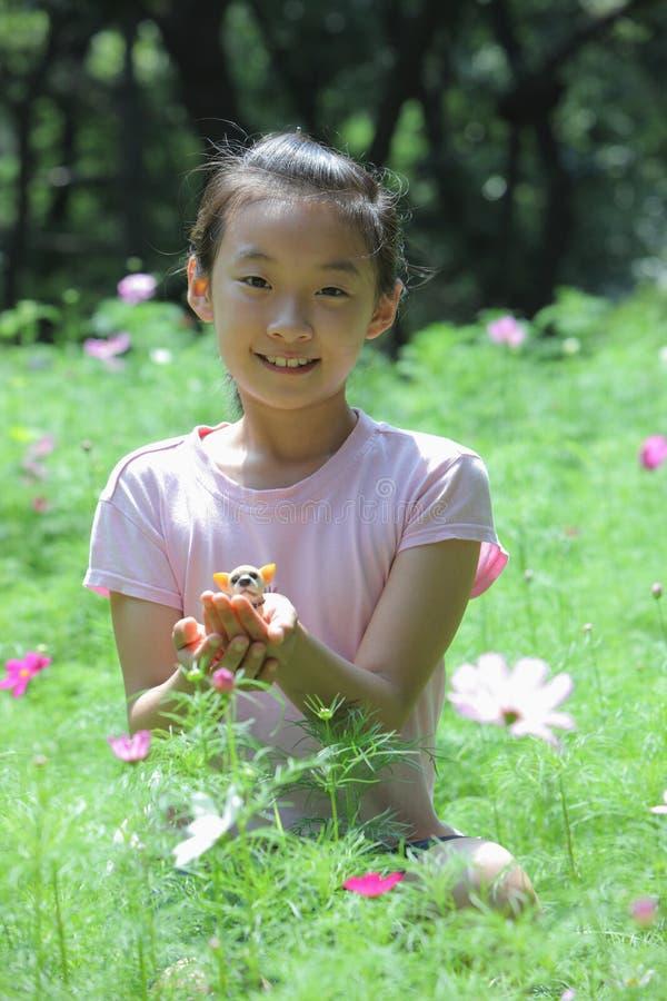 Download Kind en bloemen stock foto. Afbeelding bestaande uit tuin - 10776498