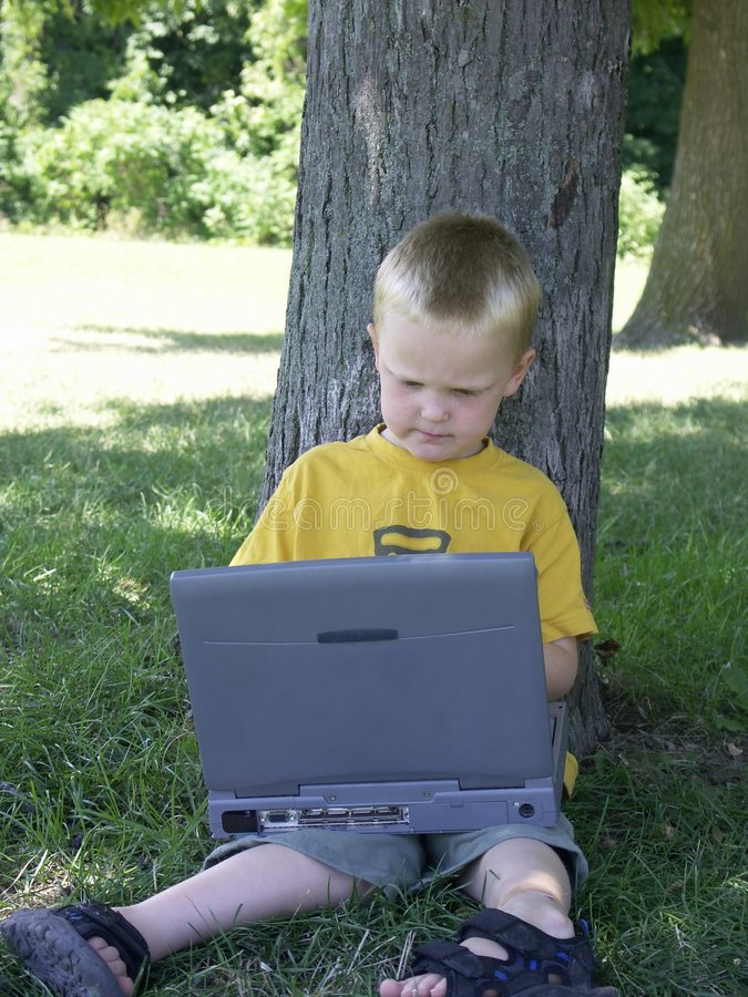 Kind en computer royalty-vrije stock afbeelding