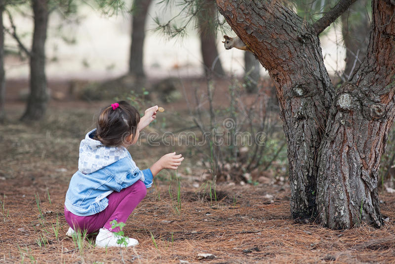 Kind en eekhoorn royalty-vrije stock foto's