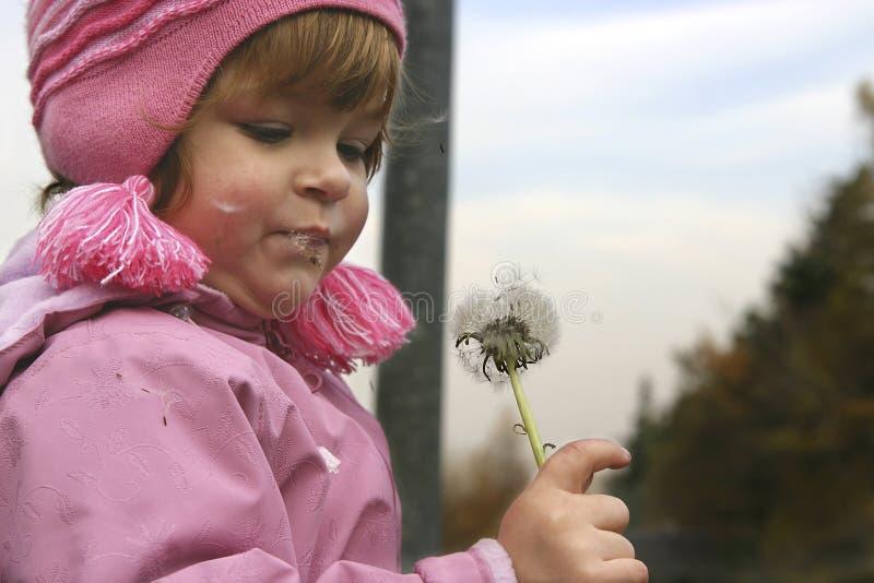 Kind en een slag-bal stock afbeelding