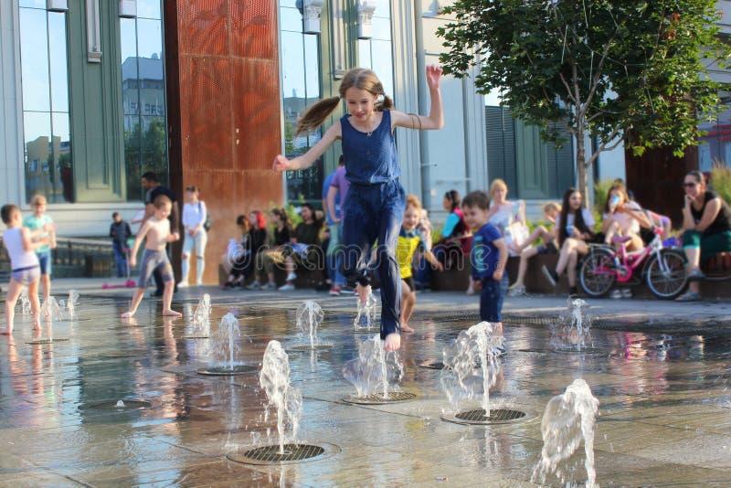 Kind en fontein stock afbeelding